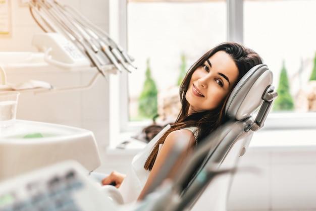 Felice paziente dentale nella clinica dentale Foto Premium