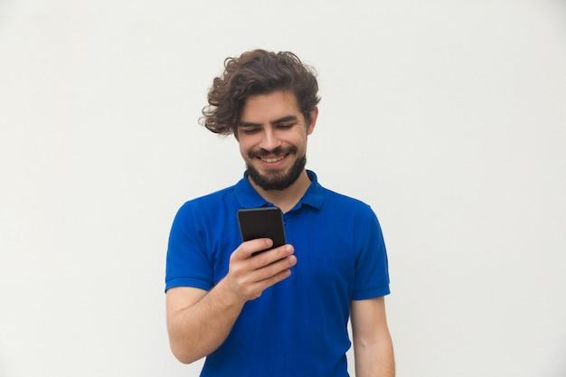 Felice ragazzo positivo tramite cellulare Foto Gratuite