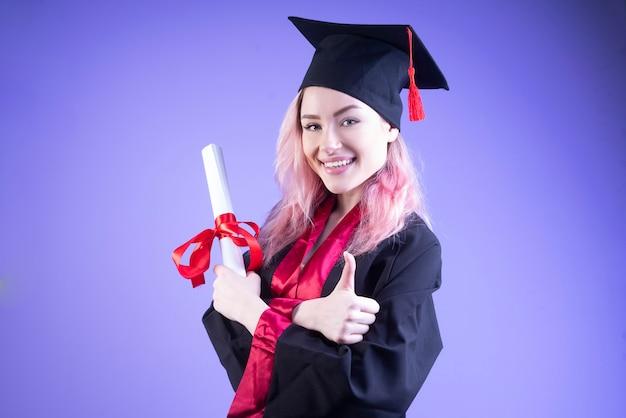Felice scapolo in cappello di laurea attraversò le braccia Foto Gratuite