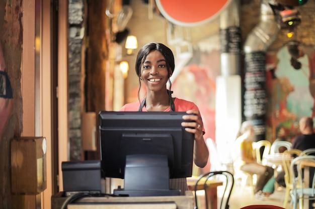 Felice sorridente cameriera afro Foto Premium