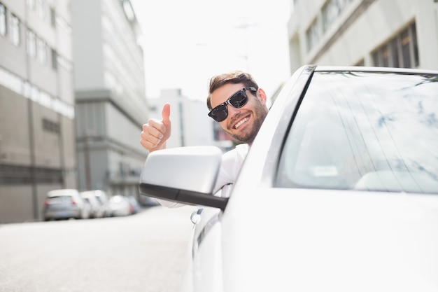 Felice uomo d'affari nel sedile del conducente Foto Premium