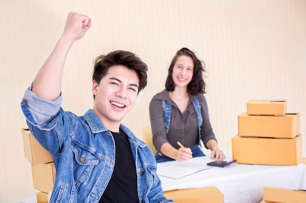 Felice uomo e donna con piccole imprese Foto Premium