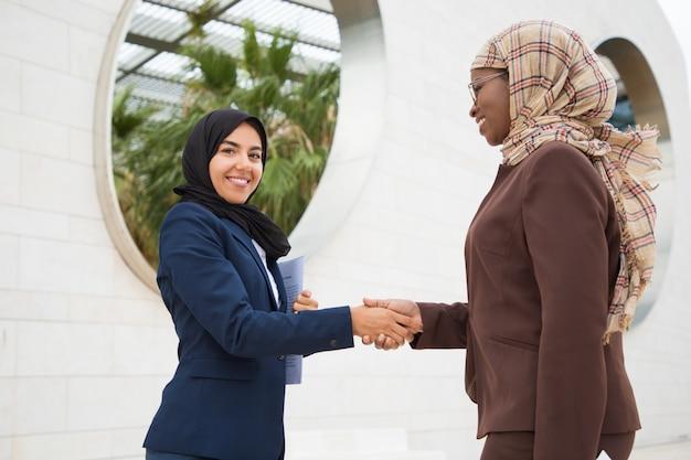 Felici colleghi di lavoro musulmani riuniti fuori Foto Gratuite