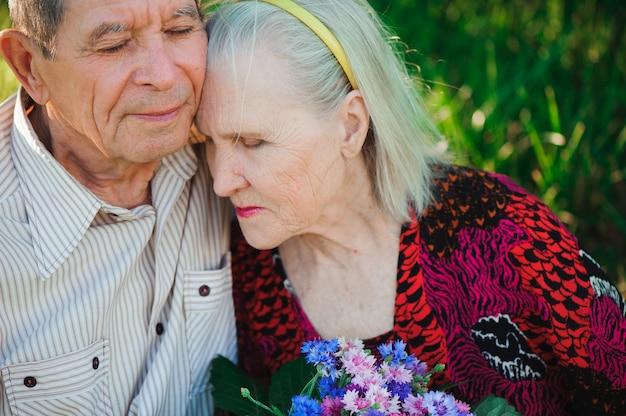 Felici e molto anziani seduti nel parco Foto Premium