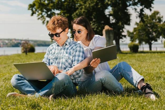 Felici liberi professionisti che lavorano nel parco Foto Gratuite