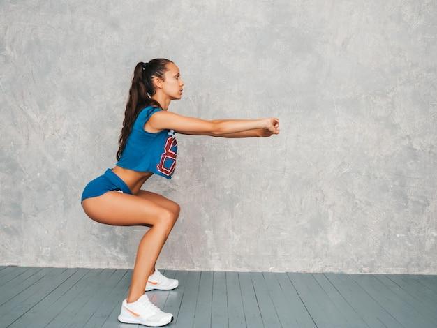 Femmina facendo squat Foto Gratuite
