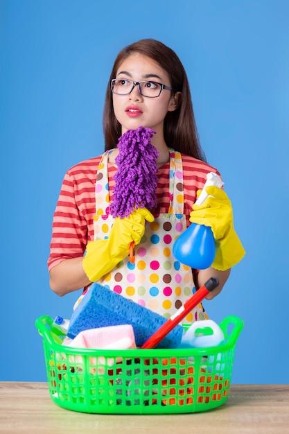 Femmina giovane governante con rifornimento di pulizia Foto Gratuite