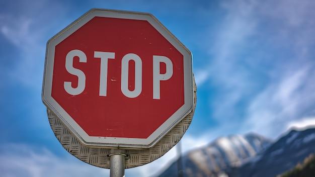 Ferma il segnale stradale Foto Premium