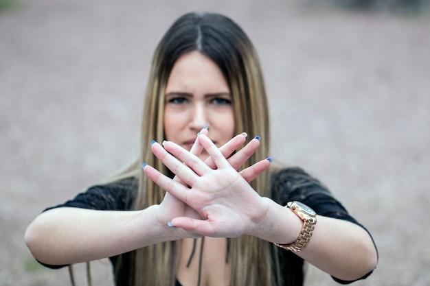 Ferma la mano del segno di discriminazione della donna Foto Premium