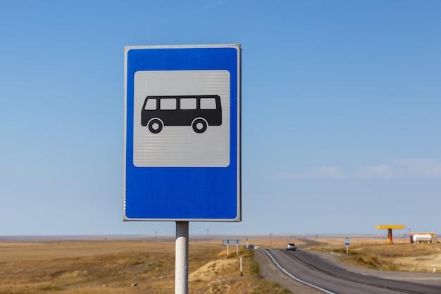 Fermata dell'autobus del segnale stradale sull'autostrada nel kazakistan Foto Premium