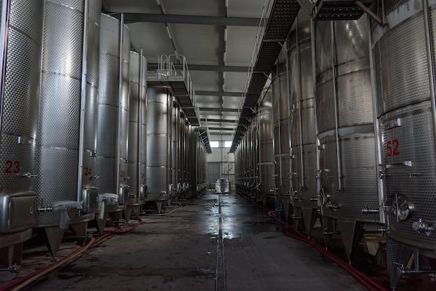 Fermentatori in acciaio inossidabile di grosso volume utilizzati per la produzione di vino Foto Premium