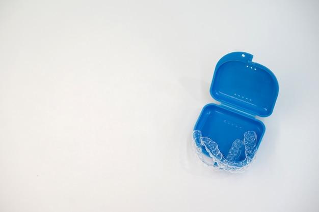 Fermo per allineatore dentale (invisibile) presso la clinica odontoiatrica Foto Premium
