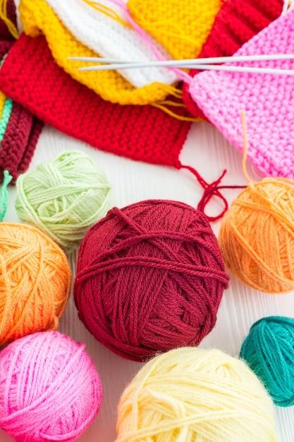 Ferri da maglia con una palla Foto Premium