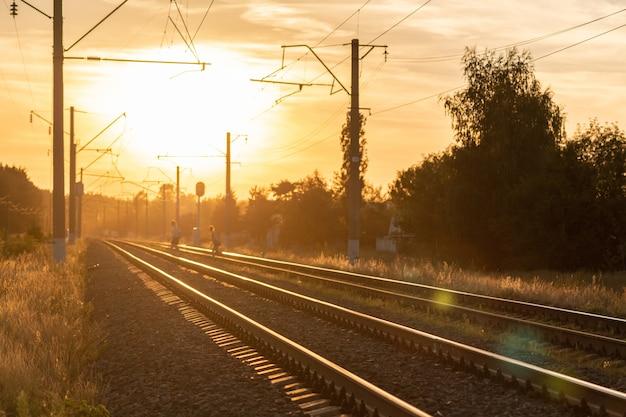 Ferrovia al tramonto senza treno. bella vista prospettica alla ferrovia. Foto Premium