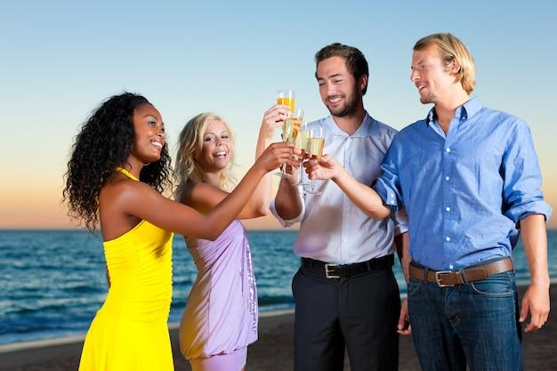 Festa con champagne in spiaggia Foto Premium