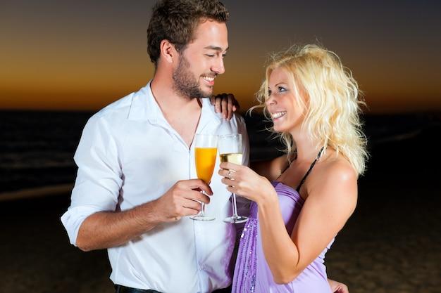 Festa con ricevimento di champagne in spiaggia Foto Premium