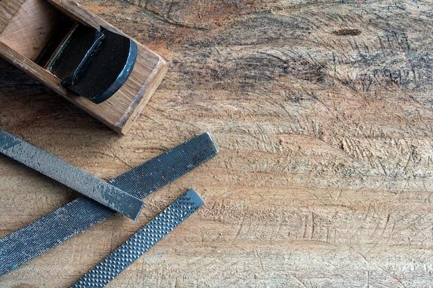 Festa dei lavoratori. attrezzature per la lavorazione del legno su sfondo tavolo in legno Foto Premium