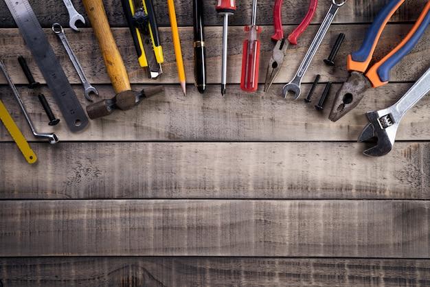 Festa del lavoro, molti strumenti utili su legno Foto Premium