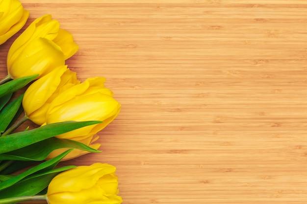 Festa della donna. mazzo dei tulipani sulle plance di legno, spazio della copia, vista superiore Foto Premium