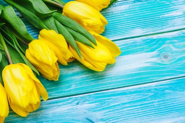 Festa della donna. mazzo dei tulipani sulle plance di legno Foto Premium