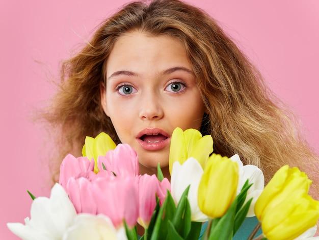 Festa della mamma, bambino in posa con fiori, un regalo per la festa della donna e la festa della mamma Foto Premium