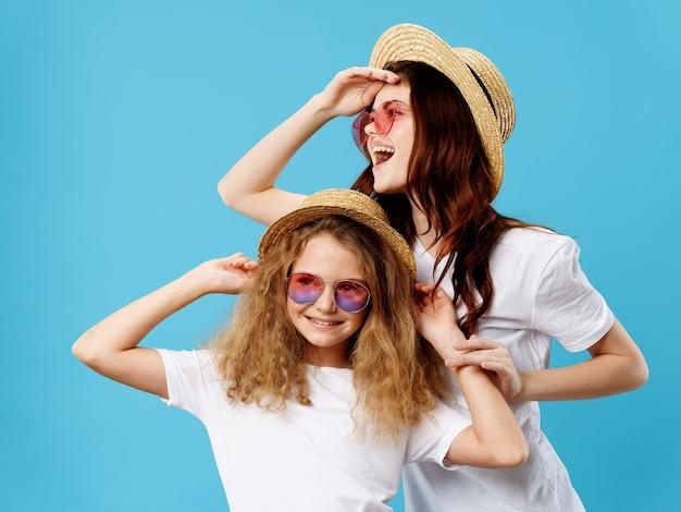 Festa della mamma, una giovane donna con un bambino in posa in studio con fiori, un regalo per la festa della donna e la festa della mamma Foto Premium