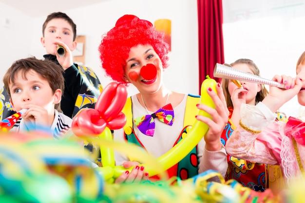 Festa di compleanno per bambini con pagliaccio e molto rumore Foto Premium
