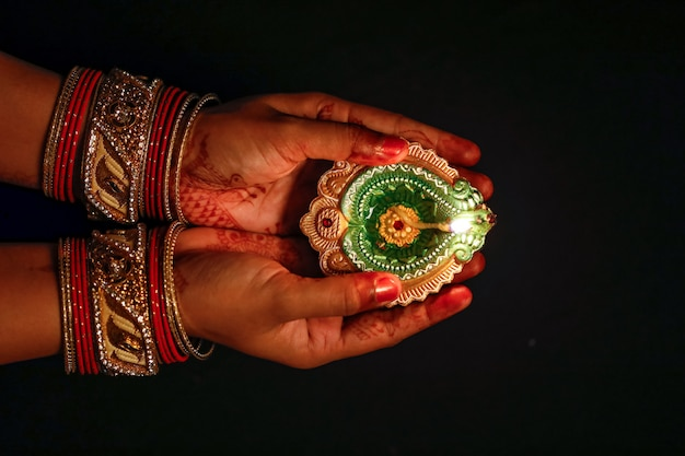 Festival indiano diwali, lampada in mano Foto Premium