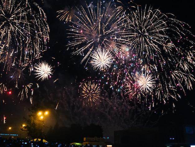 Festivi fuochi d'artificio colorati nel cielo notturno di kineshma al concerto dell'artista basta Foto Premium