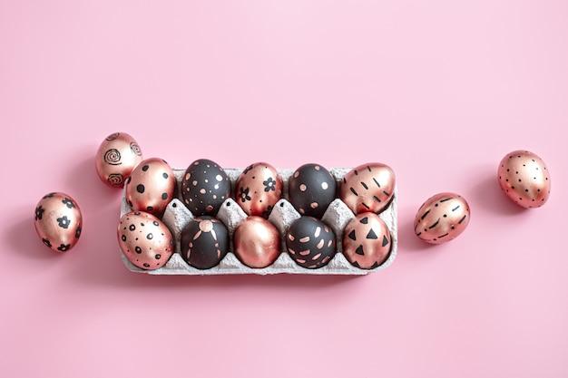 Festivo dipinto in oro e uova di pasqua nere su rosa. Foto Gratuite