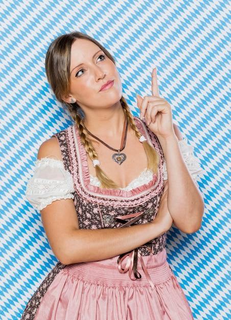 Festosa donna bavarese in costume Foto Gratuite