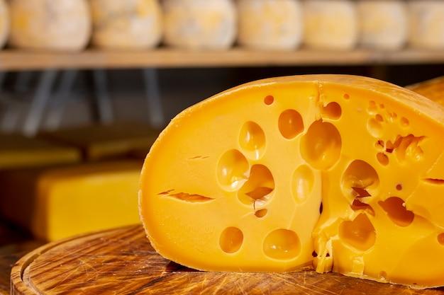 Fetta deliziosa del primo piano di formaggio svizzero Foto Gratuite