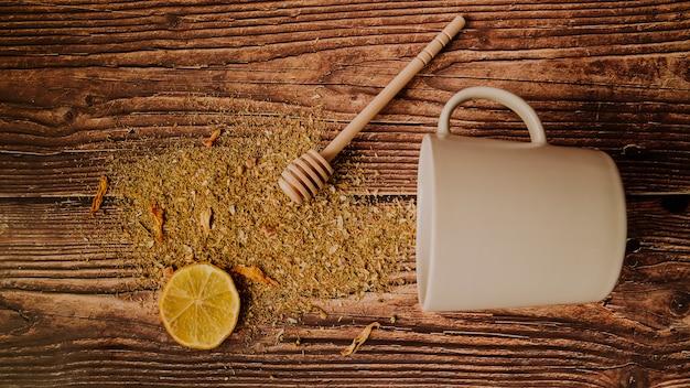 Fetta di limone con la vista superiore rovesciata delle erbe del tè Foto Gratuite
