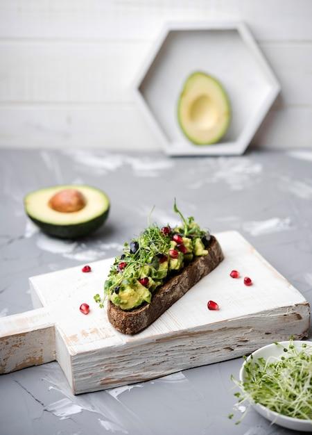 Fetta di pane con pasta di avocado e verdure Foto Gratuite