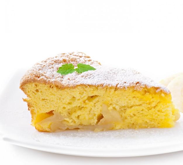 Fetta di torta di frutta mela su un piatto decorato con foglie di menta Foto Gratuite