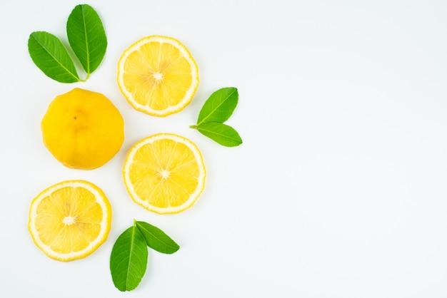 Fetta fresca di limone con foglie, integratore di vitamina c da naturale su sfondo bianco Foto Premium
