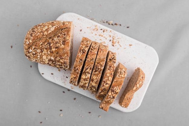 Fette del pane di vista superiore sul piatto bianco Foto Gratuite