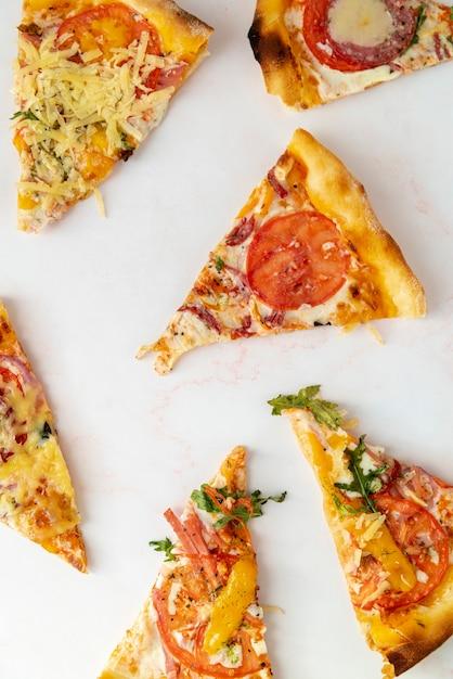 Fette della pizza di vista superiore con fondo bianco Foto Gratuite