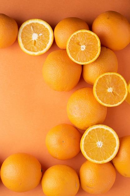 Fette di arance fresche su carta. vista dall'alto Foto Premium