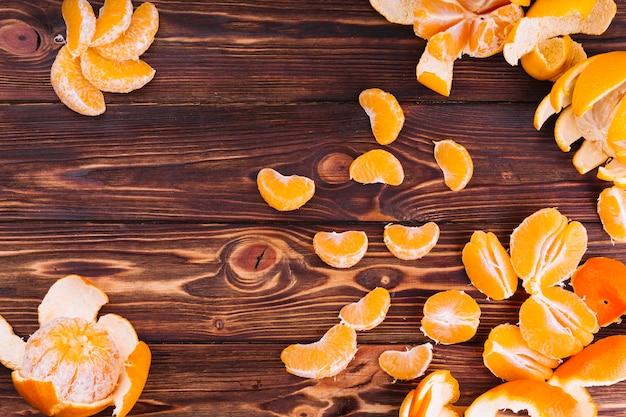 Fette di arance su fondo strutturato in legno Foto Gratuite
