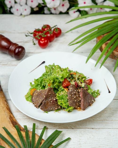 Fette di carne con verdure condite con sesamo Foto Gratuite