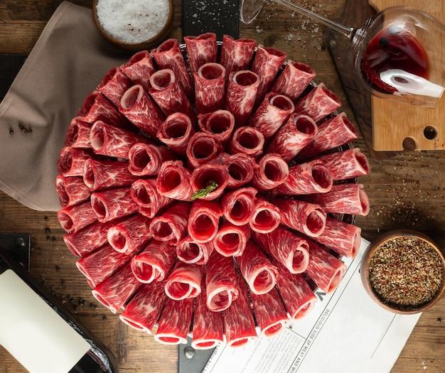 Fette di carpaccio arrotolate in tubi a forma di bouquet Foto Gratuite