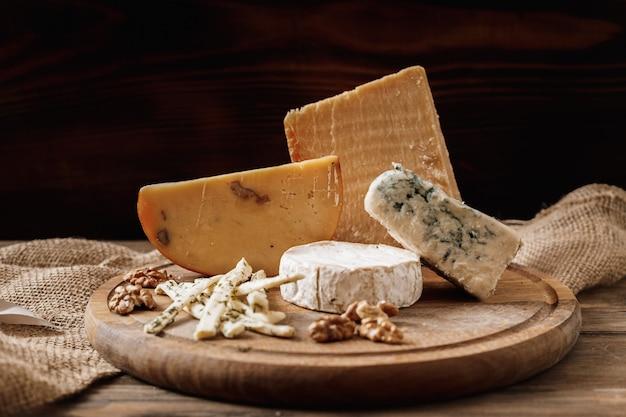 Fette di formaggio brie o camembert con parmigiano, formaggio cheddar, formaggio blu Foto Premium