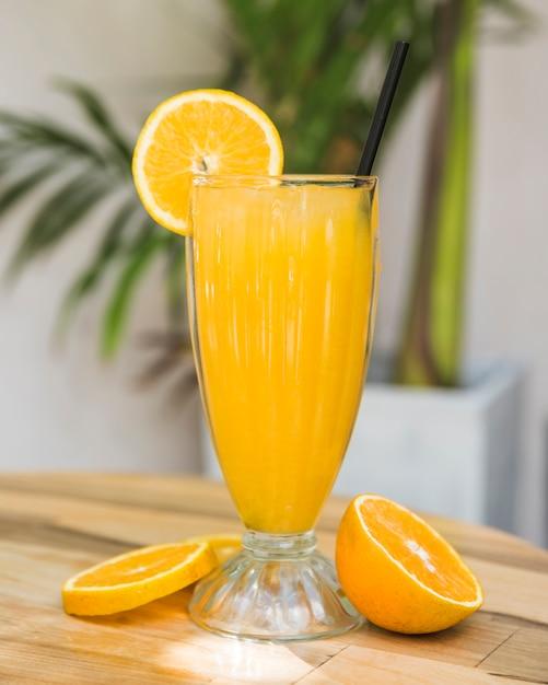 Fette di frutta vicino bicchiere di bevanda sul tavolo Foto Gratuite