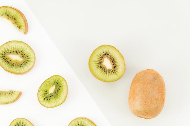 Fette di kiwi su sfondo chiaro Foto Gratuite