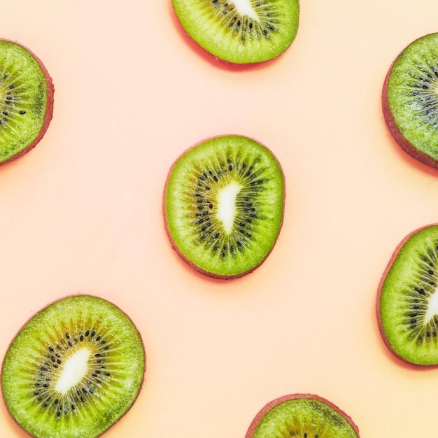Fette di kiwi su sfondo colorato Foto Gratuite