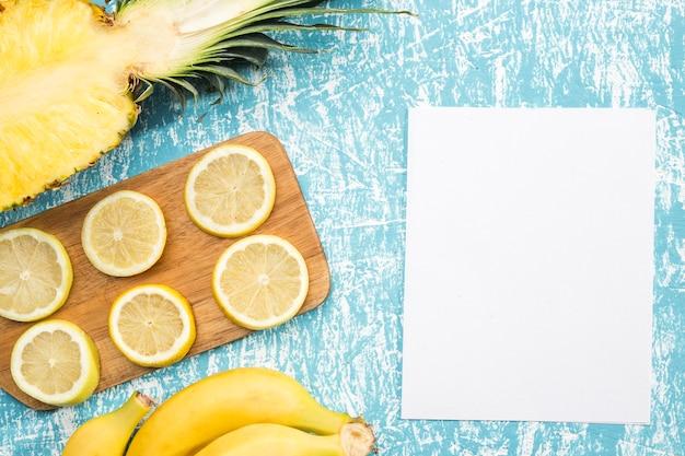 Fette di limone con carta bianca Foto Gratuite