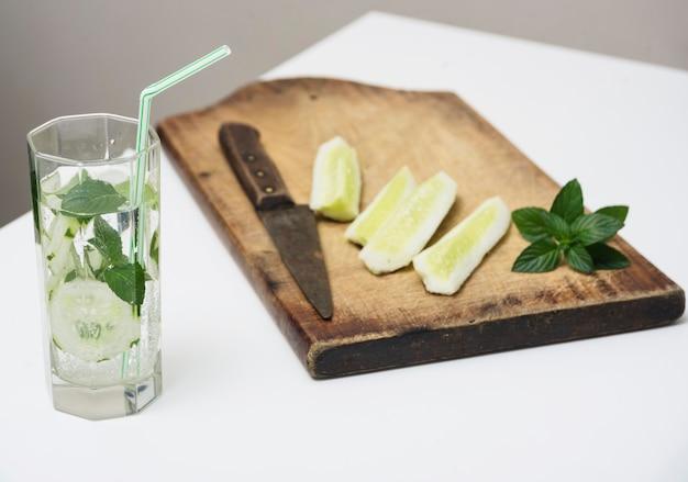 Fette di limone e bevande Foto Gratuite