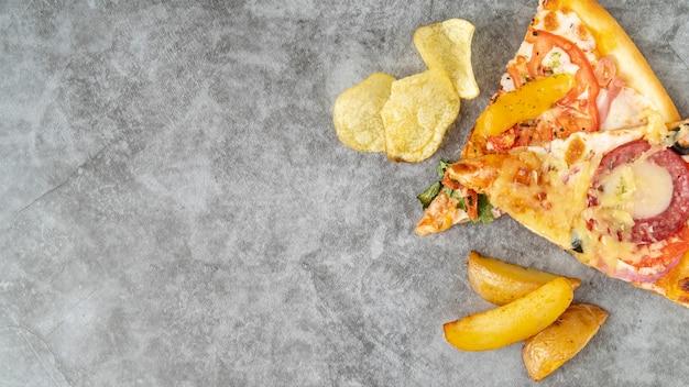 Fette di pizza vista dall'alto con spazio di copia Foto Gratuite