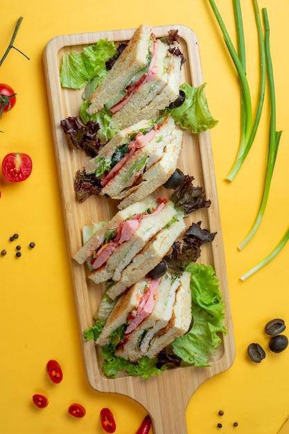 Fette di sandwich servite con erbe Foto Gratuite